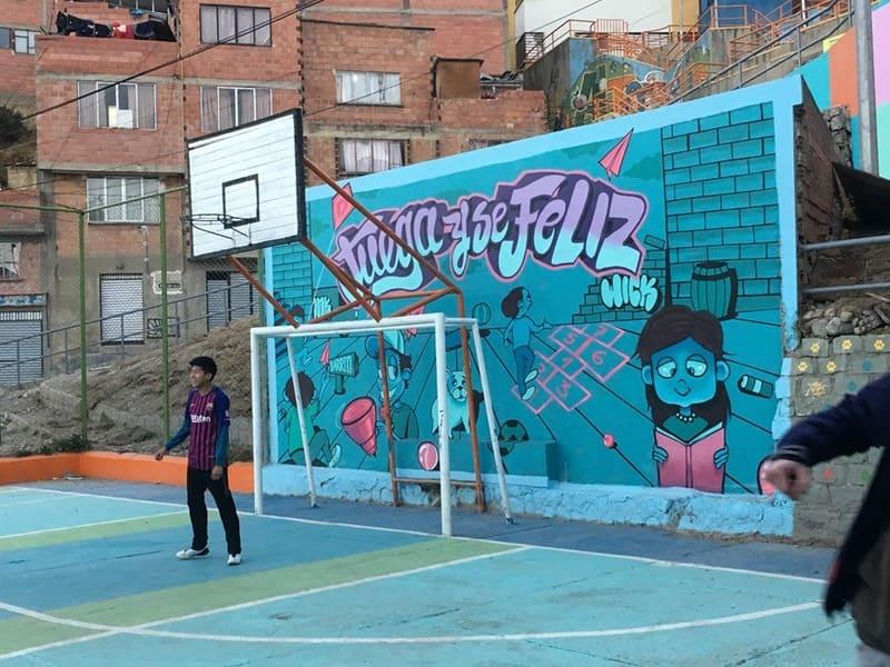 Colori di La Paz - ragazzi giocano a palla