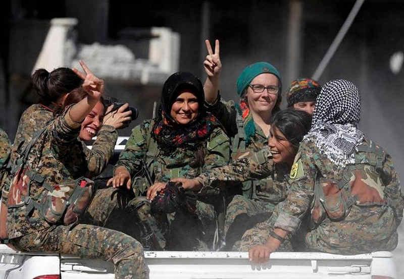 Combattenti curde festeggiano liberazione di Raqqa