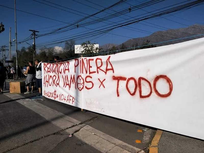 Santiago del Cile - striscione renuncia Pinera