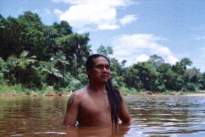 Indigeno nel fiume