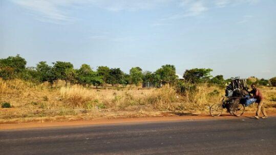 Ghilè mentre spinge la sua bicicletta carica di carbone verso il mercato di Lubumbashi.