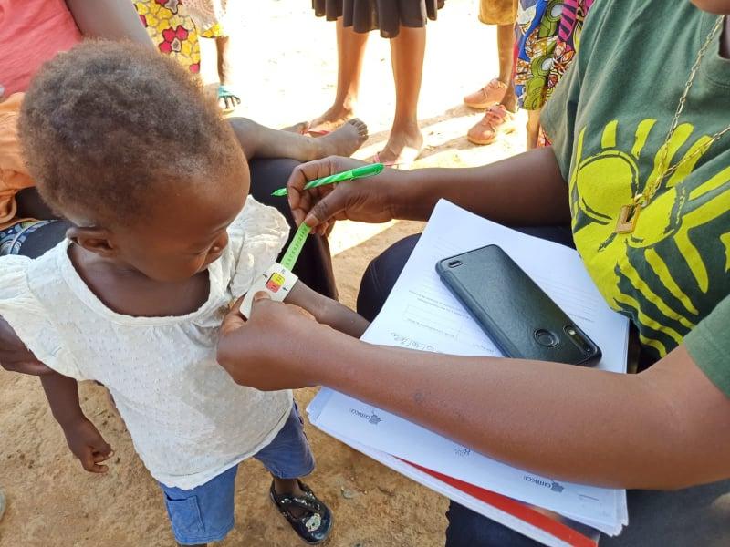 Nilla durante la visita nutrizionale di AMKA Onlus.