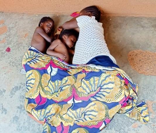 Solange e le sue bambine, mentre dormono sul battuto dell'ingesso al centro di salute di Kanyaka gestito da AMKA Onlus.