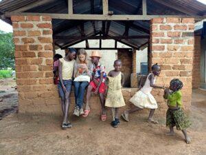 Bambinə giocano nel villaggio di Kanyaka dutante l'orario scolastico. Nella RDC l'età media è di 16,4 anni (fonte Index ONU).