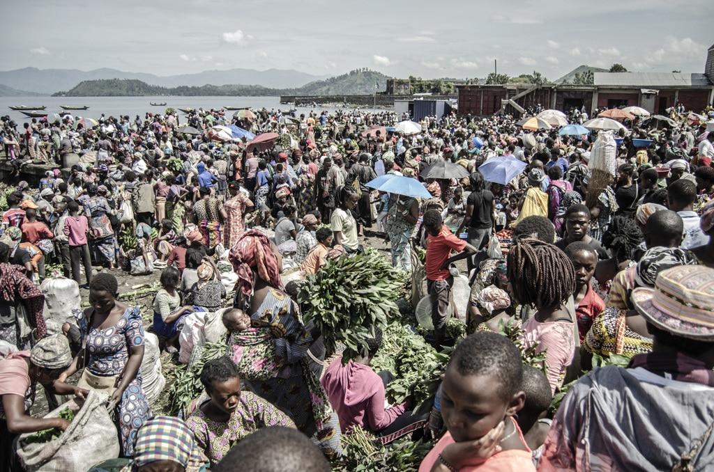 Il mercato di Kituku sulle sponde del lago Kivu, Goma, RDC. Foto di Finbarr O'Reilly (Moses Sawasawa per la fondazione Carmignac)
