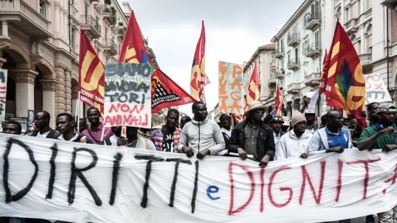 migranti - manifestazione di braccianti a saluzzo