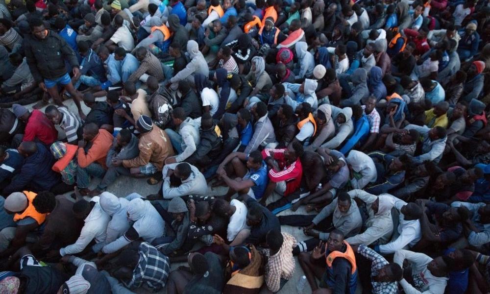Migranti respinti in Libia - migranti aspettano al porto di Tripoli