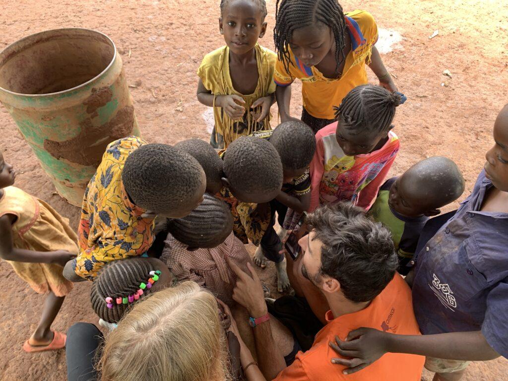 Videochiamata internazionale tra i bambini e le bambine di Kanyaka e la mamma di Guglielmo, dicembre 2020.